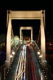 晚上光在多瑙河布达佩斯的Elisabeth桥梁落后 库存图片