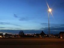 晚上光在太阳之后的一个城市设置 免版税库存图片