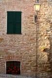 晚上光的意大利房子 免版税库存照片
