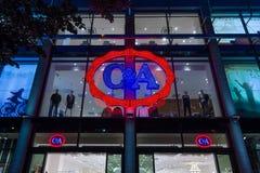 晚上光的C&A商店 库存图片