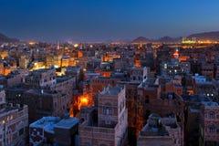 晚上全景萨纳也门 库存图片