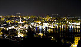 晚上分开的城镇 免版税图库摄影