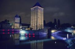 晚上史特拉斯堡,中世纪桥梁 图库摄影