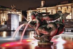 晚上喷泉 免版税库存图片