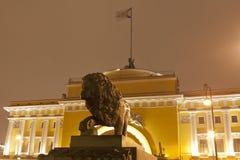 晚上圣彼德堡,俄国 在海军部的背景东方亭子的狮子雕塑 库存照片