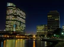 晚上在一个大城市的财务地区 图库摄影