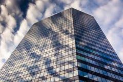 晚上在一个现代大厦一边的天空反射在Balt 库存照片