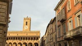 晚上在中世纪村庄的中心在意大利 免版税库存图片