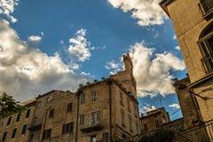 晚上在中世纪村庄的中心在意大利 免版税图库摄影