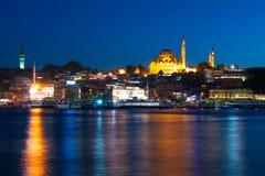 晚上在伊斯坦布尔和Rustem帕沙清真寺 免版税库存图片