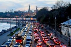 晚上在克里姆林宫附近的交通堵塞 免版税库存照片