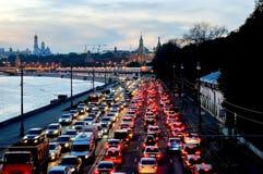 晚上在克里姆林宫附近的交通堵塞 免版税图库摄影