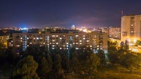 晚上在城市,汽车交通,打开光,房子光  股票录像