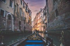 晚上在威尼斯戏曲日落的运河游览 免版税图库摄影