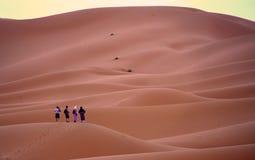 晚上在尔格的沙漠点燃在摩洛哥 免版税库存照片