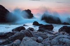 晚上在岩石岸的海洋海浪 免版税图库摄影