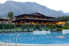 晚上在有水池的luxurios旅馆里 库存照片