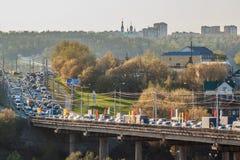晚上在桥梁苏尔古特市的交通堵塞切博克萨雷,楚瓦什人共和国 俄国 2016年4月30日 免版税库存照片
