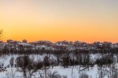 晚上在郊区房子的冬天日落horizont的 别尔哥罗德州地区,俄罗斯 免版税库存照片