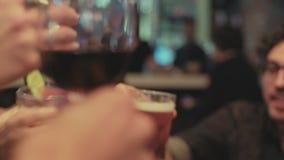 晚上在酒吧的人互作用 股票录像