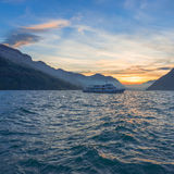 晚上在镇Brunnen在瑞士 在lak的小船旅行 免版税图库摄影