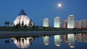 晚上在阿斯塔纳哈萨克斯坦 免版税库存照片