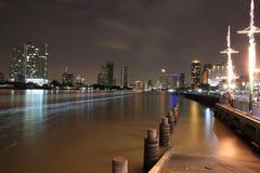 晚上在Chao Phraya河的城市视图 免版税图库摄影