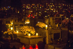 晚上在Rakowicki公墓的诸圣日天前 图库摄影