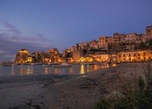 晚上场面在一个港口在西西里岛 免版税图库摄影