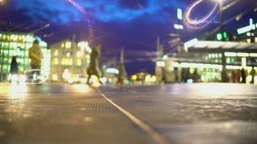 晚上城市生活,走在方形的近的有启发性商城的许多人民 影视素材