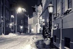 晚上城镇在冬天 免版税库存图片