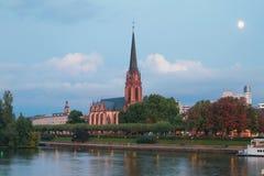 晚上堤防和教会 法兰克福德国主要 库存照片