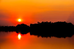 晚上大气和日落在河 库存照片