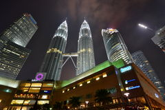 晚上天然碱耸立孪生 吉隆坡 马来西亚 库存图片