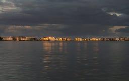 晚上太阳反射横跨普尔港的百万富翁的豪宅 免版税库存照片