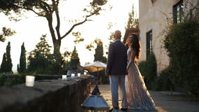 晚上太阳发光在走华美的夫妇外面 影视素材