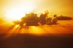晚上太阳在一朵大云彩后消失了 免版税图库摄影