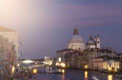 晚上威尼斯,光、长平底船和运河 库存照片