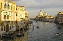 晚上威尼斯,光、长平底船和运河 免版税图库摄影