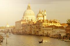 晚上威尼斯,光、长平底船和运河 免版税库存照片