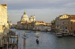 晚上威尼斯,光、长平底船和运河 免版税库存图片