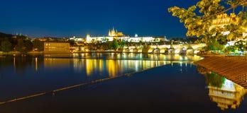 晚上布拉格 布拉格城堡和查理大桥在伏尔塔瓦河河反射了 从Smetana堤防的看法 普拉哈,捷克语 免版税库存图片