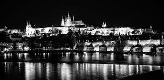 晚上布拉格 布拉格城堡和查理大桥在伏尔塔瓦河河反射了 从Smetana堤防的看法 普拉哈,捷克语 库存照片