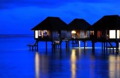 晚上平静的别墅水 免版税库存图片