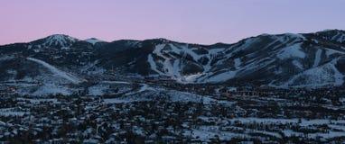 晚上手段滑雪地平线城镇 免版税库存照片