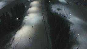 晚上手段滑雪 鸟瞰图 股票录像
