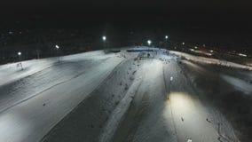 晚上手段滑雪 鸟瞰图 股票视频