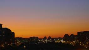 晚上日落在摩天大楼大厦背景的,时间间隔现代城市 股票视频