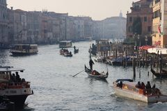 晚上时间在威尼斯,意大利 盛大渠道看法  图库摄影