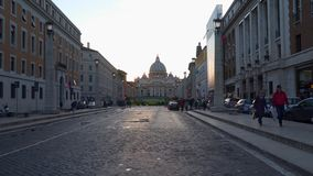 晚上时间的圣伯多禄大教堂在罗马 股票录像